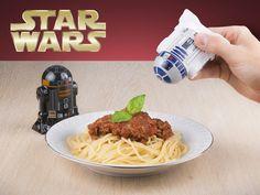 Hjem & have - Star Wars salt- og peberbøsser, og krydrer din mad! Star Wars, Salt, Gadgets, R2 D2, Ethnic Recipes, Food, Awesome Things, Vip, Fun Stuff