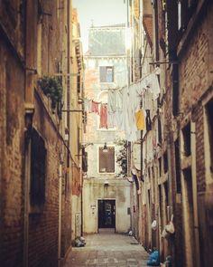 Hier wird die Wäsche noch vor dem Fenster getrocknet und der Müll vor der Türe deponiert!   Was ist für dich typisch Italien? Was gefällt dir an #bellaitalia ?  #venedig