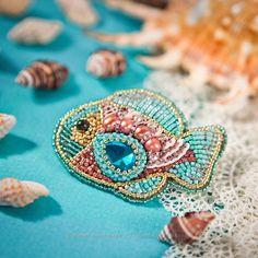 Купить «Тропическая Рыбка» брошь, вышитая бисером, жемчугом и кристаллами - брошь из бисера, бисерная брошь