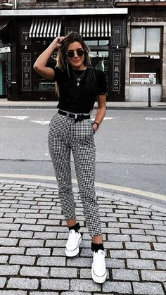 "Catchy Fall Outfits To Copy Right Now""},""type"":""pin Kurze Mom Jeans, Camiseta Tommy Jeans und alle Star Branco. Kurze Mom Jeans und All Star BrancoKurze Mom Jeans und All Star BrancoMom Jeans und Converse All Star WeißMom Jeans. Hijab Casual, Cute Casual Outfits, Casual Ootd, Ootd Hijab, 30 Outfits, Casual Fall, Semi Casual Outfit Women, Dress Casual, Simple Edgy Outfits"