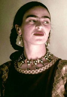 Artist Frida Kahlo poses for a portrait at the home and studio she shares with her husband Diego Rivera, designed by architect Juan O'Gorman circa 1940 in the Colonia San Angel neighborhood of Mexico City, Mexico. Diego Rivera, Frida E Diego, Frida Art, Selma Hayek, Natalie Clifford Barney, Kahlo Paintings, Mexican Artists, Louise Bourgeois, Moda Vintage