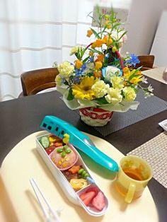 4月14日の息子バースデー夕飯。 昨日外食でお祝いしたので平日の今日は普段のご飯をお子さまランチ風に盛り付けて♪おめでとう! - 9件のもぐもぐ - ケチャップライス つくねと☆型人参ソテー 卵焼き きゅうりとトマト 枝豆ピック イチゴ by rinkojooj0214