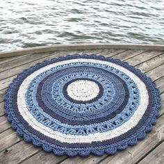 Raikkaita sinisen sävyjä suoraan suomalaisesta luonnosta virkattuun mattoon ikuistettuna.