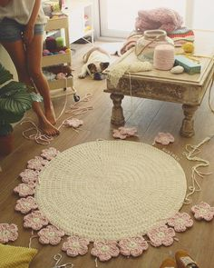Crochet with Trapillo hand woven carpet model Camelia - Salvabrani Crochet Decoration, Crochet Home Decor, Crochet Crafts, Crochet Doilies, Crochet Flowers, Crochet Stitches, Crochet Projects, Crochet Patterns, Crochet Ideas