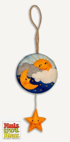 Huisvolkleur: Slaap kindje slaap...Muziekdoosje Baby Mobile Felt, Felt Baby, Felt Garland, Felt Ornaments, Felt Crafts, Diy And Crafts, Ideas Prácticas, Felt Quiet Books, Christmas Crafts