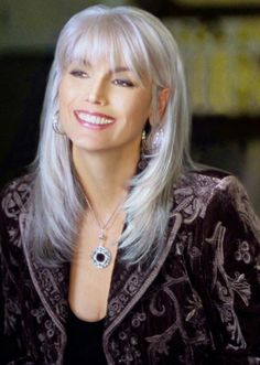 Emmylou Harris, a voice as beautiful as she is. Emmylou Harris, a voice as beautiful as she is. Long Gray Hair, Silver Grey Hair, White Hair, New Hair Colors, Cool Hair Color, Silver Haired Beauties, Pinterest Hair, Long Layered Hair, Great Hair