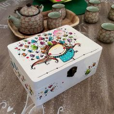 Caja Volad maripositas Painted Wooden Boxes, Wood Boxes, Bright Painted Furniture, Cigar Box Crafts, Decoupage Paper, Decoupage Ideas, Envelope Art, Diy Gift Box, Gift Store