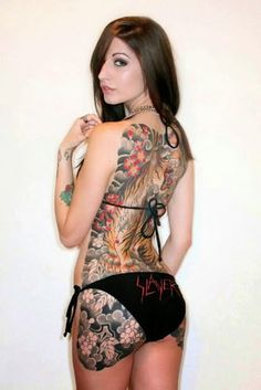 La señorita morena con tatuajes increíble en su culo increíble tiene gran culo