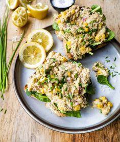 Vegansk tunsalat – Min BEDSTE kikærtesalat på under 10 min. Salmon Burgers, Avocado Toast, Tofu, Hummus, Pesto, Breakfast, Ethnic Recipes, Golf Ball, Morning Coffee