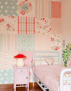 Você pode criar uma parede como esta, revestida com papel de parede da Wallpaper, juntando diversos retalhos do papel adesivo. Casa da publicitária Ana Cristina Demartini