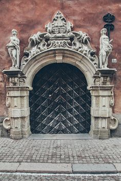 Door in Stockholm, Sweden. Magnificent and quite formal a facade. Wish the photographer had provided a little info about this place. Arched Doors, Entrance Doors, Doorway, Windows And Doors, Medieval Door, Cool Doors, Unique Doors, Beautiful Buildings, Architecture