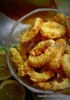 La Frittura di calamari croccante è una ricetta di pesce amata da grandi e piccini! E' una ricetta molto conosciuta Fish And Seafood, Italian Style, Shrimp, Nom Nom, Chips, Chicken, Vegetables, Cooking, Carne