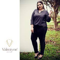 """A calça skinny de cintura alta afina a silhueta e deixa o look mais elegante, alongando as pernas. O detalhe do trançado em jeans nas laterais é o grande diferencial dessa peça. A camisa jeans com """"punho-bracelete"""" deixa o visual mais refinado. #valentyneplussize #valentyne #plussize #valentyne2017 #suamelhorversão #calçaskinnyvalentyne #camisavalentyne"""