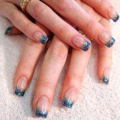 Nageldesign Ideen für den Winter-Glitzerfrench mit blauen Nagelkanten