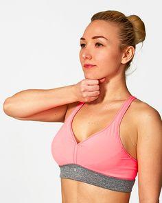 """7 einfache Übungen für schöne und straffe Brüste Hallo Freunde willkommen zu einem neuen Beitrag von Schrittanleitungen. Heute zeigen wir dir 7 Übungen die deine Brust zukünftig in Schuss halten werden. Um deine Büste """"fest und schön"""" zu machen, brauchst du Du dich wirklich nicht unter das Messer zu legen. Alles, was Du dafür tun musst, ist regelmäßig ein paar Übungen zu machen. Diese helfen dabei die Form deiner Brüste zu verbessern.  Diese 7 Übungen sind ideal geeignet: 1.)"""