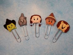 Wizard of Oz - Tsum Tsum polymer clay bookmarks Sculpey Clay, Polymer Clay Projects, Diy Clay, Clay Crafts, Polymer Clay Disney, Polymer Clay Charms, Polymer Clay Sculptures, Sculpture Clay, Cute Clay