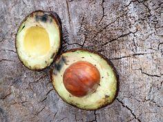 KASVOILLE:  – 1 ylikypsä avokado  – 2 teelusikallista hunajaa  – teelusikallinen kookosöljyä (muutkin öljyt käyvät)  – loraus omenaviinietikkaa (ei ärtyneelle tai rikkoituneelle iholle)