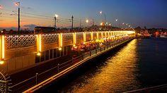 伊斯坦布爾加拉塔橋Galata Köprüsü的特色除了橋上整日有許多人垂釣和輕軌車經過之外,橋下還開滿各式餐廳,到了夜晚燈火通明分外美麗。 ©Emin Bozkurt