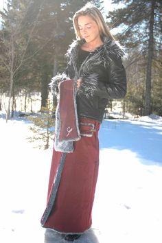 Une jupe qui se porte par dessus votre pantalon ou une autre jupe, avec votre manteau d'hiver de manière à vous garder au chaud et protéger votre vêtement. Ces jupes sont vendues en version chic (fourrure et cuir synthétique) et en version sport (polar et nylon)  créer par Stessy chenail Designer   450 349 3110   www.stessy.ca  designer@stessychenail.com)