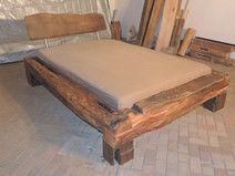 Bett aus alten Eichebalken