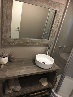 Billig og effektiv oppussing av gammelt bad - viivilla.no Bad, Mirror, Bathroom, Furniture, Home Decor, Washroom, Decoration Home, Room Decor, Mirrors
