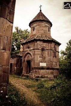 Magaravank !! Makaravank ou monastère de Saint-Macaire est un monastère arménien situé près de la communauté rurale d'Achajur dans le marz de Tavush, en Arménie du nord-est. Il a été fondé au IXᵉ siècle sur un plateau boisé, et agrandi au XIIIᵉ siècle. Wikipédia