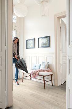 Crea un #pasillo luminoso con #suelos de madera y paredes blancas.  #homedesigne…