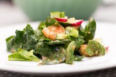 Spinat og avokadosalat med spicy scampi, redikk, vårløk, agurk og miso- og limedressing