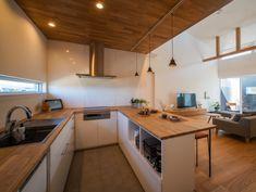 . コの字のキッチンは お客様の持っている家電や調理器具が すっきりと入るよう、造作しました。 . タモという木材を天板に使い、 その他は白で統一し、シンプルに。 広いシンクもオリジナルです。 . 洗いものをしていると 目線の先に窓があり、景色を楽しめます。 キッチンに立つ時間がいつもより 心踊るものになるはずです。 #オーダーキッチン #コの字キッチン #シンク #クッキングヒーター #ih #ビルトインコンロ #食洗機 #タモ #天井板張り #化粧梁 #平屋 #勾配天井 #タイル床 #無垢床 #キッチンカウンター #ペンダントライト #リビング #明かり窓 #シンプル #自分らしい暮らし #デザイナーズ住宅 #注文住宅新築 #設計士と直接話せる #設計士とつくる家 #コラボハウス #インテリア #愛媛 #香川 #新築 #注文住宅