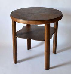 Drewniany stolik vintage wyprodukowany w latach 50. Nogi są wykonane z litego…