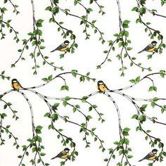 Dieser Stoff der schwedischen Marke Arvidssons Textil zeigt und Kohlmeisen, die sich in einem Baum tummeln, auf dem gerade die Blätter sprießen.