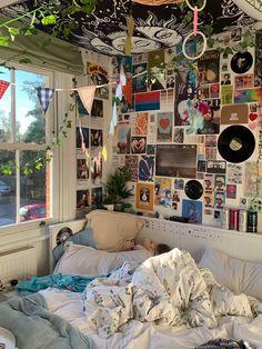 Indie Bedroom, Indie Room Decor, Cute Room Decor, Neon Bedroom, Music Bedroom, Room Design Bedroom, Room Ideas Bedroom, Bedroom Decor, Bedroom Inspo