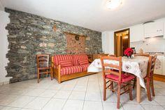 Appartement à Sarre, Italie. Appartamento grande, ristrutturato a nuovo che conserva le caratteristiche del rustico. Situato a Sarre in zona residenziale, a 5 minuti da Aosta e dalla partenza della cabinovia di Pila