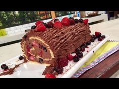Tronco de chocolate y frutos rojos en pionono casero - Recetas – Cocineros Argentinos Party Cakes, Tiramisu, Waffles, Birthday Cake, Breakfast, Ethnic Recipes, Desserts, Cake Rolls, Food