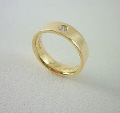 Aliança Tatiana em ouro amarelo com   5 mm de largura e um diamante no centro!