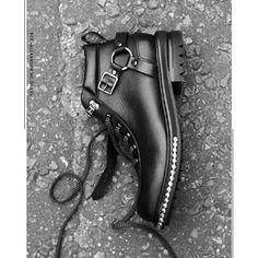 Se os acabamentos metálicos são protagonistas da Spring/Summer 2018 menswear collection, de Alexander McQueen, quem vai dizer que essas aplicações não são a trend mais certeira da temporada? Alexander Mcqueen, Tap Shoes, Dance Shoes, Spring Summer, Black Leather Boots, Contrast, Kicks, Heels, Lace