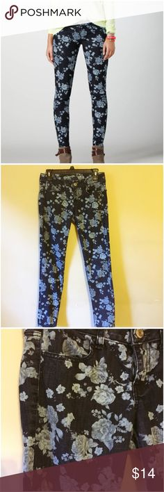 """American Eagle Outfitters Floral Jegging Jean -- 4 American Eagle Outfitters Floral Jegging Jean -- 4 --- 4 pocket styling ---low rose ---skinny leg --- stretch denim --- 79% cotton 20% polyester 1% spandex  --- 29"""" inseam --- 15"""" waist ---7.5"""" rise --- very good preloved condition --- super soft American Eagle Outfitters Jeans"""