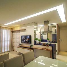 Apartamento compacto com estar, jantar e cozinha integrados. Tons suaves + madeira clara e um toque de cor na cozinha. Iluminação show  Projeto by Larissa Catossi | @homeluxo @homeluxoimoveis