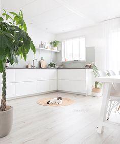 Une #cuisine lumineuse ! #déco #blanc http://www.m-habitat.fr/penser-sa-cuisine/implantation-cuisine/reussir-l-agencement-d-une-cuisine-810_A