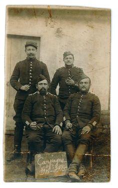 Contribution d'Eric Bauwens, AD76 - Quatre poilus en uniforme. Charles Autin est derrière à gauche.   Campagne 1914-1915. 1num0084. Charles Autin est né le 14 novembre 1887 à Bois-Guillaume.