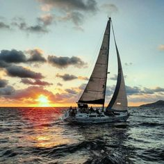 Gün batımında güzel bir yelken keyfi günü bitirmek için harika bir yoldur.  &&&  Enjoying a nice sail at sunset is great way to end the day.