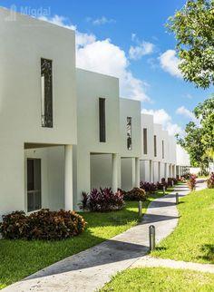 Balí Villas & Sport Club #ViviendaMedia Playa del Carmen, Quintana Roo #MigdalArquitectos Foto: Ian Lizaranzu