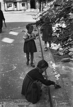 Friedrich Seidenstücker: Girls Playing with Rubble, 1946