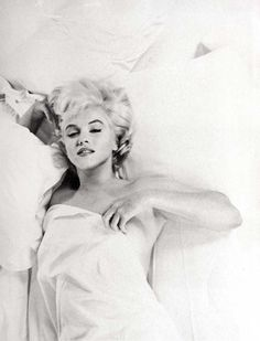 Eve Arnold was an American photojournalist. She joined Magnum Photos agency in and became a full member in Arnold's images of Marilyn Monroe The Misfits, Vintage Dior, Vintage Versace, Vintage Vogue, Vintage Girls, Vintage Beauty, Classic Hollywood, Old Hollywood, Hollywood Glamour