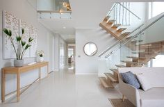 Stunning home decor with modern wooden stairs with glass panel balustrade Let op mooie combi wit en hout