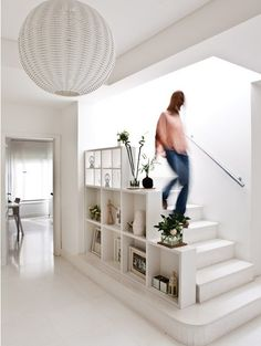 Une maison sud-américaine où règne le blanc - PLANETE DECO a homes world Home Design, Home Stairs Design, Interior Stairs, Room Interior, Home Interior Design, Staircase Storage, Staircase Railings, Stairs Without Railing, White Staircase