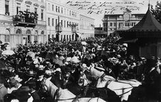 Embarque de tropas do Exército na estação de Curitiba em 1912, parte da população da capital se concentrou na rua da Liberdade, atual Barão do Rio Branco. (Foto: Coleção Julia Wanderlei/acervo Instituto Histórico e Geográfico do Paraná)