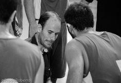 El inicio del choque estuvo marcado por las pérdidas de balón. Los sistemas de Cruza no se reflejaban en la pista. Un tiempo muerto sirvió para templar ánimos. Al final del primer cuarto, 19-18 favorable a #Lucentum. #baloncesto #basket #PretemporadaLucentum #Alicante Alicante, Pista, Basket, Couple Photos, Couples, Fictional Characters, Cartagena, Room, Pictures
