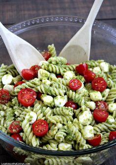 Pesto Pasta Salad Pesto Pasta Salad is the perfect quick and tasty side dish! Made with flavorful pesto, spiral noodles, fresh mozzarella and juicy cherry tomatoes. Pesto Pasta Salad, Pasta Salad Recipes, Recipe Pasta, Crab Salad, Healthy Pasta Salad, Summer Pasta Salad, Easy Pasta Salad, Pesto Recipe, Vegetarian Recipes