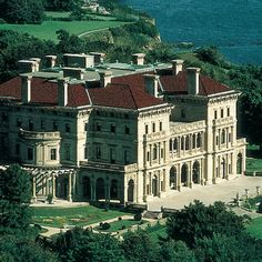 Newport Mansions - Vanderbilt castle Rhode island- one of the Summer Cottages on Bellevue Ave American Mansions, Newport Rhode Island, Biltmore Estate, Marquise, Beautiful Architecture, Historic Homes, Coastal Living, Old Houses, Manor Houses